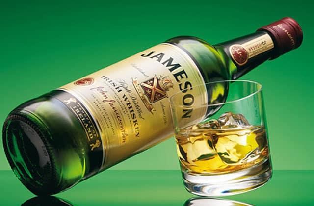 rượu Jameson uống với ly rocks